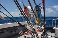 Girando, varas de pesca, barco de pesca, preparado pescando Fotos de Stock Royalty Free