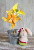 Girandola di carta casalinga ed il coniglietto di pasqua Fotografie Stock