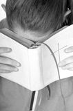 Girandosi verso la bibbia Immagini Stock Libere da Diritti