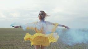 Girar fêmea alegre no fumo colorido fora video estoque