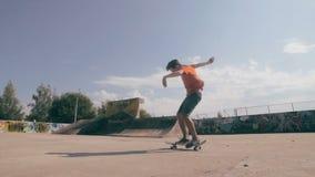 Girare il pattino nel salto stock footage