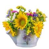 Girasoles amarillos y flores salvajes coloreadas en una regadera blanca, cierre para arriba Imagenes de archivo