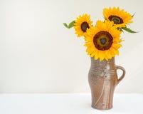 Girasoles de oro en un jarro Fotografía de archivo