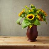 Girasoles en el florero de madera para la tabla del Día de Acción de Gracias Fotos de archivo