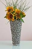 Girasoles en florero decorativo imagenes de archivo