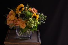 Girassóis amarelos, arranjo floral das rosas alaranjadas Imagem de Stock Royalty Free