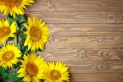 Girassóis bonitos em uma tabela de madeira Vista de acima Fundo com espaço da cópia Imagens de Stock