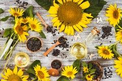 Girassóis, garrafa com óleo e semente de girassóis Imagens de Stock Royalty Free