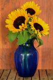 Girassóis no vaso azul imagem de stock royalty free