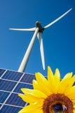 Girassol, células solares azuis e turbina eólica imagens de stock
