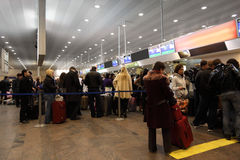 Girate verso lo scrittorio di registro all'aeroporto Fotografie Stock Libere da Diritti