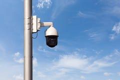 Gire a câmera da segurança no céu azul foto de stock