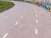Gire a estrada que corre no estádio da escola em um dia ensolarado foto de stock royalty free