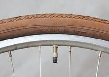 Gire o sentido na roda da bicicleta com válvula fotos de stock royalty free