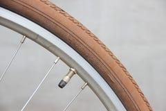 Gire o sentido na roda da bicicleta com válvula fotos de stock