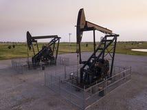 Gire poços de petróleo nas planícies de Oklahoma, EUA imagens de stock royalty free