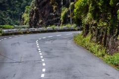 Gire sobre a estrada asfaltada nas montanhas fotografia de stock