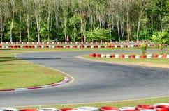 Gire sobre um circuito vazio do carro de corridas. Fotografia de Stock Royalty Free
