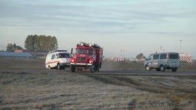 Giri del camion dei vigili del fuoco sul campo stock footage