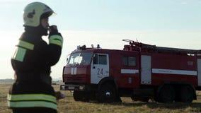 Giri del camion dei vigili del fuoco sul campo video d archivio