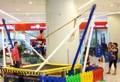 Giri del junior nel centro commerciale Immagine Stock