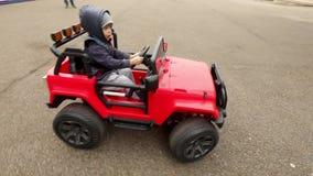 Giri del ragazzo sull'automobile del giocattolo video d archivio