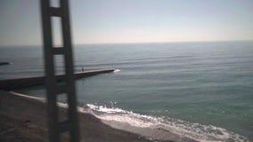 Giri del treno lungo la spiaggia video d archivio