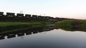 Giri del treno sul ponte ferroviario video d archivio