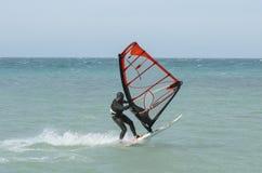 Giri del Windsurfer nel Mar Nero Anapa, Russia fotografia stock libera da diritti