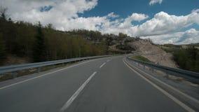 Giri dell'automobile lungo attività dell'autostrada o della strada principale della strada di bobina Automobile dell'asfalto che archivi video