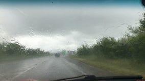Giri dell'automobile in pioggia persistente archivi video