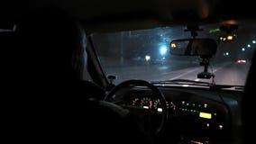 Giri dell'automobile sulla strada di notte Vista interna Cruscotto, radio, DVR stock footage