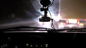 Giri dell'automobile sulla strada di notte Vista interna Cruscotto, radio, DVR archivi video