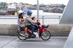 Giri della famiglia sulla motocicletta da andare a casa Immagine Stock Libera da Diritti