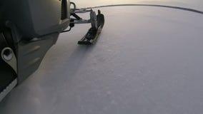Giri di gatto delle nevi su un lago congelato video d archivio