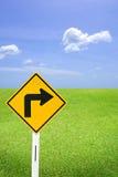 Giri il giusto segno ed il cielo piacevole Immagini Stock