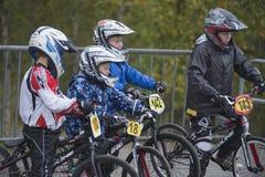 Giri intorno al campionato nel bmx che cicla, fronti emozionanti appena prima la t Fotografia Stock