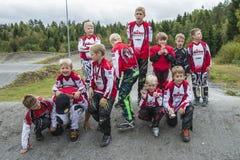 Giri intorno al campionato nel riciclaggio del bmx, nel gruppo di Halden e di Aremark BMX Fotografia Stock