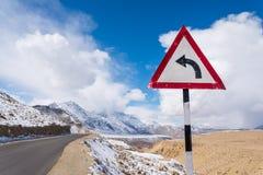 Giri la montagna sinistra del segno Fotografia Stock Libera da Diritti