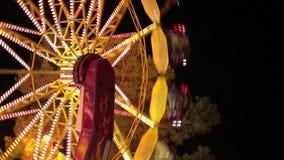 Giri popolari dell'oscillazione della sedia in parco di divertimenti carosello collegato archivi video