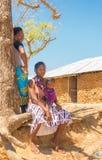 Giriama kvinnor med behandla som ett barn på trädet Arkivfoto