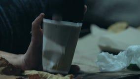 Girig hemlös man som stjäler pengar från den sjuka tiggaren, ansträngning för överlevnad lager videofilmer