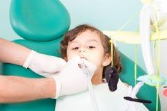 Girl& x27 дантиста рассматривая; зубы s Стоковая Фотография RF
