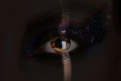 Girl& x27; 与构成的s眼睛和在阴影的五颜六色的水晶 关闭 免版税图库摄影