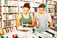 Girl and boy in book store Royalty Free Stock Photography