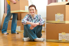 Girl and boyfriend carrying boxes to new house Royalty Free Stock Photos