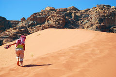 girl climbs a dune Royalty Free Stock Photography