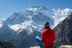 Girl with colorful clothes and beanie looking at Annapurna II pe Royalty Free Stock Images