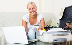 Girl with credit card and laptop Royalty Free Stock Photography