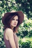 Girl di modello nel giardino di primavera Bella donna della primavera con He Fotografia Stock